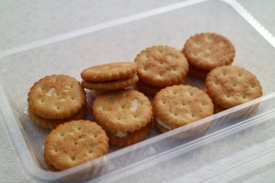 備蓄食品クラッカーのチーズサンド