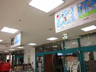 天井に展示された絵画