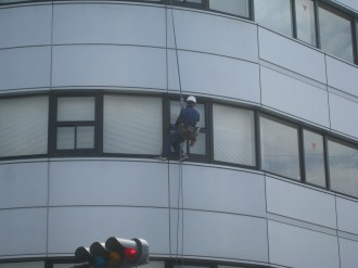 アルファシステムズの窓掃除