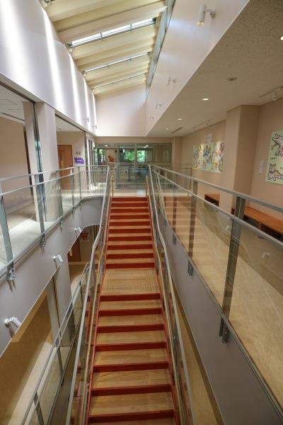 建物中央部の階段と吹き抜け