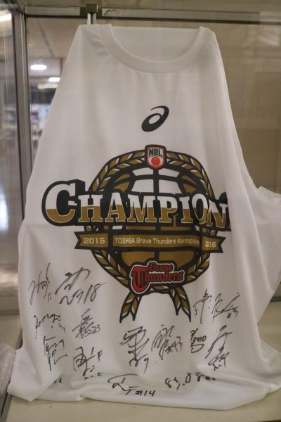 川崎ブレイブサンダースのサイン入りTシャツ