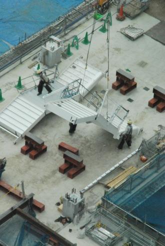 クレーンで吊られた階段