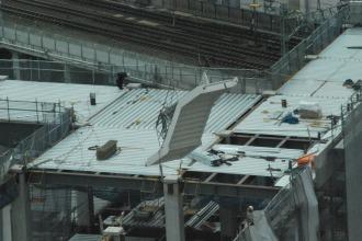 階段パーツが設置される様子
