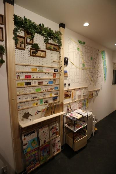 壁面のタウン情報紹介