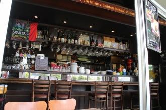 ベルギービールが並ぶカウンター