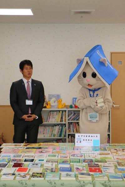 一般社団法人ビブリオポルトス代表理事の小松雄也さんと「ビブニャン」