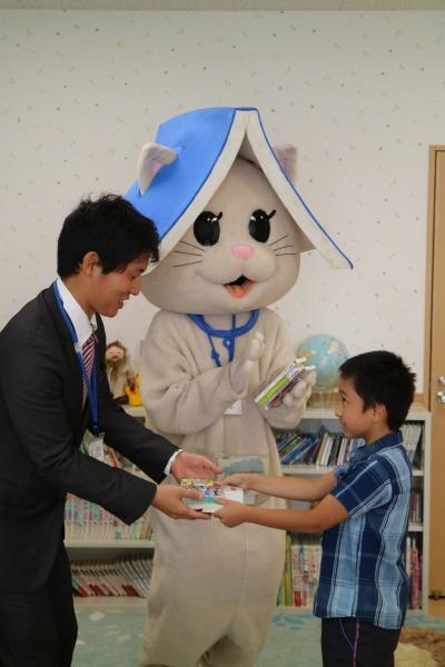 小松さんによる本の寄贈