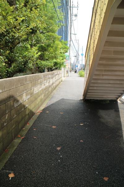 歩道橋沿いのブロック塀
