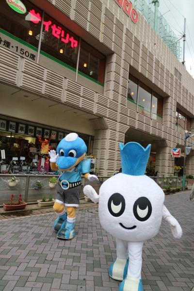 武蔵小杉の街を歩くふろん太君・カブレラ