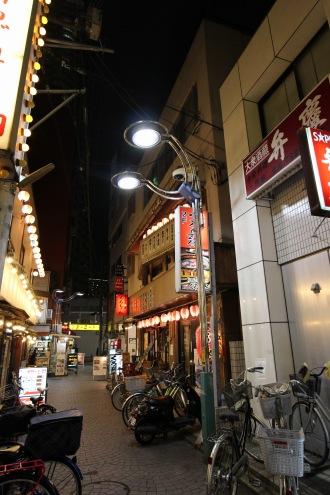 防犯カメラが設置された街路灯