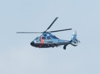 飛び立つ県警ヘリ