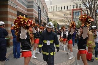 階段駆け上がりレースに出場する消防士たち