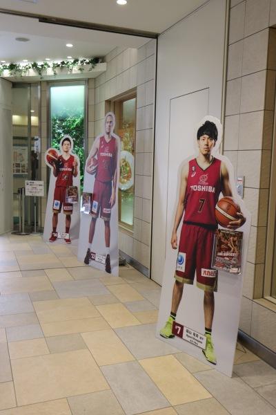 東急武蔵小杉駅の川崎ブレイブサンダースパネル展示
