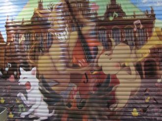 シャッターに描かれたブレーメンの音楽隊の絵
