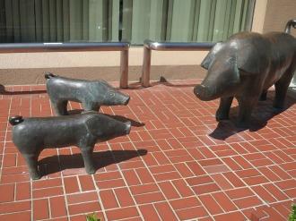 川崎信用金庫住吉支店の「豚飼いの像」