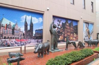 「豚飼いの像」とシャッターアート