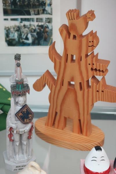 展示されている音楽隊像とブレーメン市の像