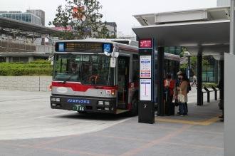 「玉11系統」が土日に発着する武蔵小杉駅東口駅前広場の3番乗り場