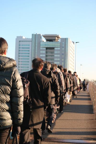 ガス橋から本社に向かうキヤノン社員の皆さんの行列