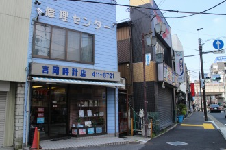 今後拡幅が進められる、府中街道沿いの「吉岡時 計店」「むさし野」付近
