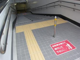 入口スロープ手前の足元