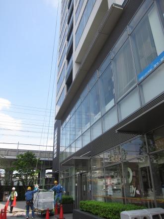 窓掃除のゴンドラスタンバイ(南側店舗前)