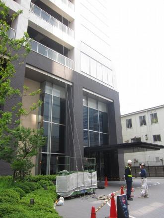 窓掃除のゴンドラスタンバイ(西側エントランス前)