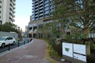 シティタワー周辺を回る公開空地の小道