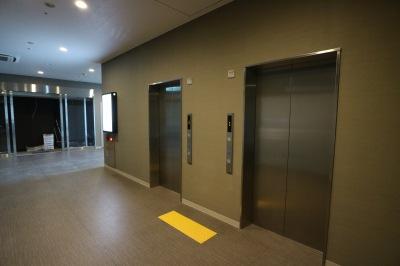 商業施設の2階エレベーターホール
