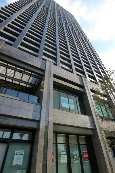 シティタワー武蔵小杉と低層部の商業施設