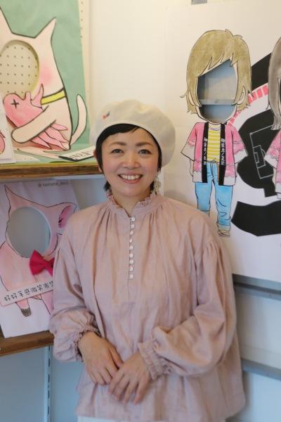 「顔ハメパネル作家」として本格デビューした店主の佐藤由紀さん