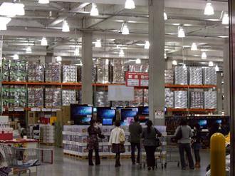 巨大な倉庫(ウェアハウス)の店舗内部