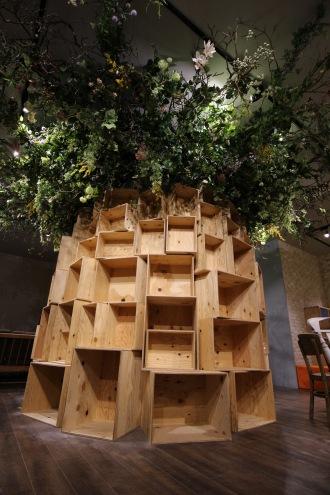 店内中央の「本棚の樹」