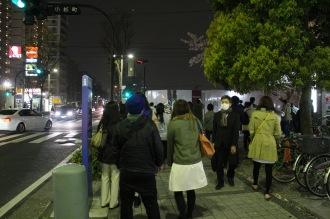 桜色バージョンを見に集まった人々