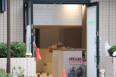 内装工事が進む「タワーズイースト」の1階店舗