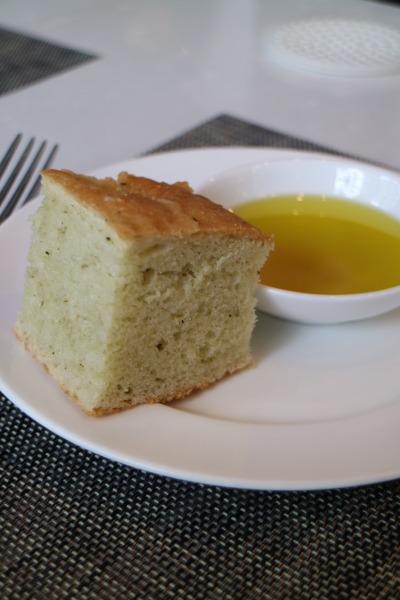 オリーブオイル添えのパン
