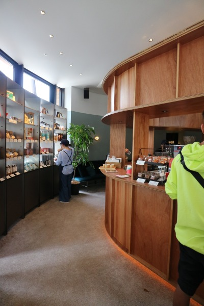 「猿田彦珈琲 武蔵小杉店」の店内
