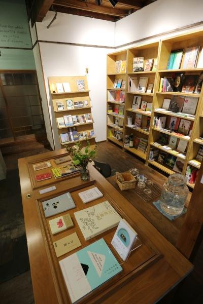 店主さんセレクトによる本棚