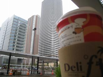 デリドコーヒーを飲みながら、駅前を眺める
