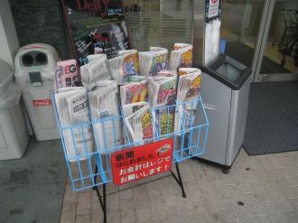 デリド武蔵小杉店の新聞販売 このように、駅寄りの入口の部分にラックが設置され、各種新聞の 販売が