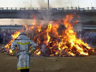 炎を見守る消防士さん
