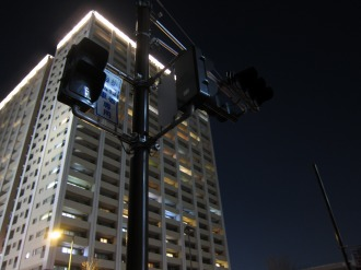 停止した横須賀線駅前の信号とレジデンス・ザ・武蔵小杉