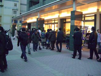 3/11 17:50 武蔵小杉駅広場のスーパーデリド