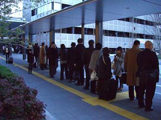 3/11 17:52 新駅広場のタクシー待ち行列