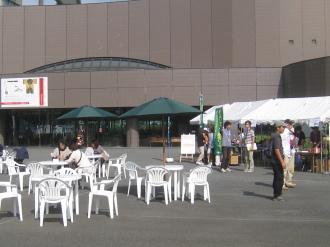 第6回エコカフェ会場の等々力緑地・市民ミュージアム前
