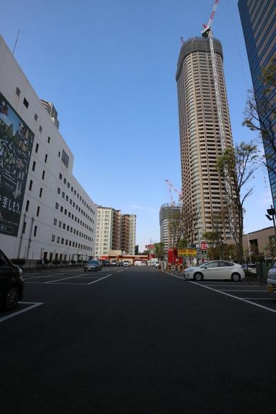 「システムパーク武蔵小杉駅前」と「NEC小杉ビルディング」(左)、「パークシティ武蔵小杉 ザ ガーデン」(右奥)