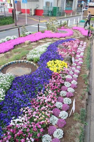 「花クラブ実行委員会」による南武線沿いのデザイン花壇