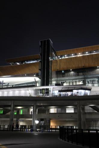 夜の等々力陸上競技場メインスタンド