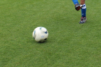 等々力の芝生で転がるボール