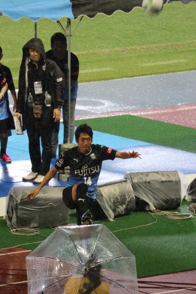 等々力陸上競技場から、中村憲剛選手がISSにキック!